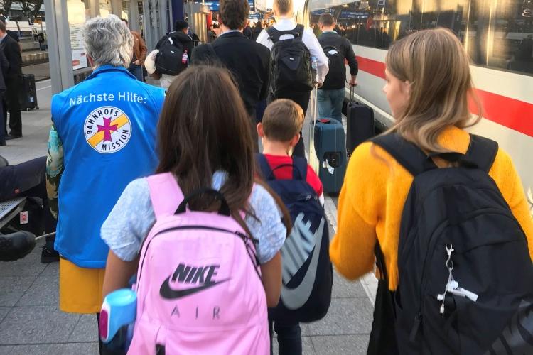 Auf die blauen Westen achten: Die Kinder reisen regelmäßig und folgen den Ehrenamtlichen routiniert.