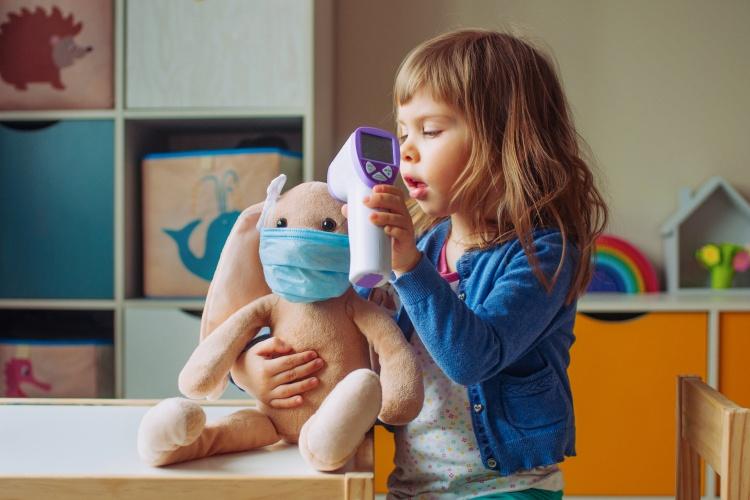 Die Corona-Pandemie wird Teil des Alltags und Spiels vieler Kinder. (Foto: Shutterstock)