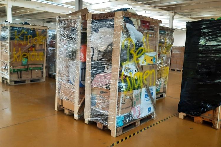 Volles Lager: In Hagen türmen sich die von der Freiwilligenzentrale gelagerten Spenden wie Bettwaren und Kleidung. (Foto: Freiwilligenzentrale Hagen)