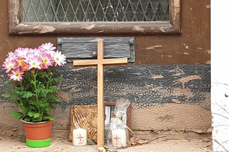 Trauern: Einwohner in Gemünd erinnern an eine Frau, die in der Flutnacht gestorben ist. (Foto: Siemens-Weibring)