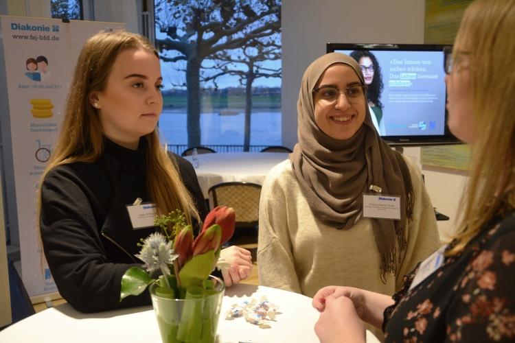 Der Freiwilligendienst ist eine Chance: Leslie Jil Stracke und Chaima Hamza Chaib tauschten sich während des Frühstücks mit anderen Freiwilligen und Abgeordneten aus.