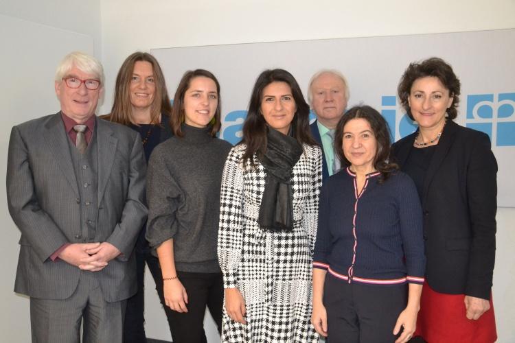 Staatssekretärin Serap Güler (Vierte v. links) mit Diakonie-RWL-Vorstand Thomas Oelkers und Christiane Grabe, Susanna Thiel, Manfred Hoffmann, Antonia Annoussi und Ioanna Zacharaki.