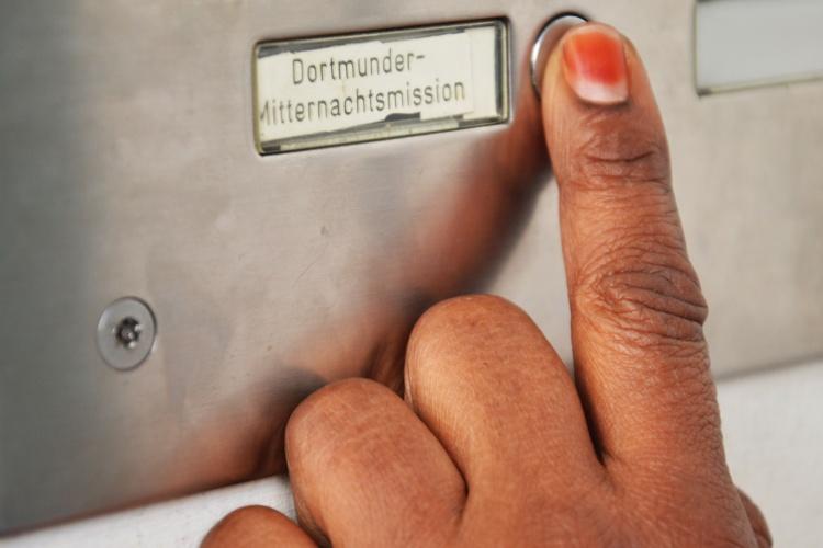 Klingel der Mitternachtsmission mit Frauenhand (Foto: Mitternachtsmission)