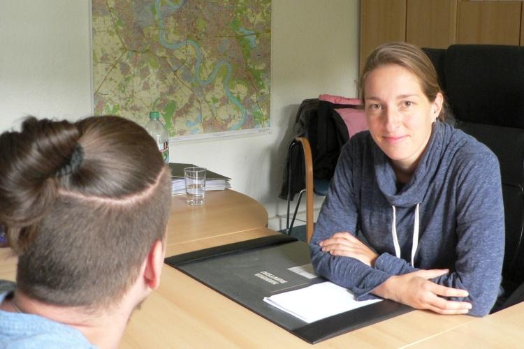 Natascha Zippro von der Straffälligenhilfe der Diakonie Düsseldorf berät einen Klienten (Foto Damaschke/Diakonie RWL)