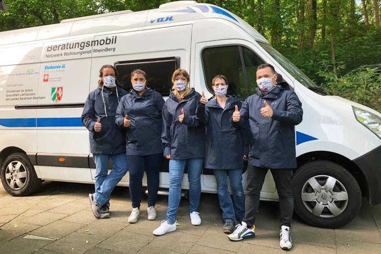 Zu den Menschen kommen: Das Team des Netzwerks Wohnungsnot RheinBerg fährt mit dem Beratungsmobil regelmäßig die Jobcenter und Notunterkünfte an. (Foto: Netzwerk Wohnungsnot RheinBerg)