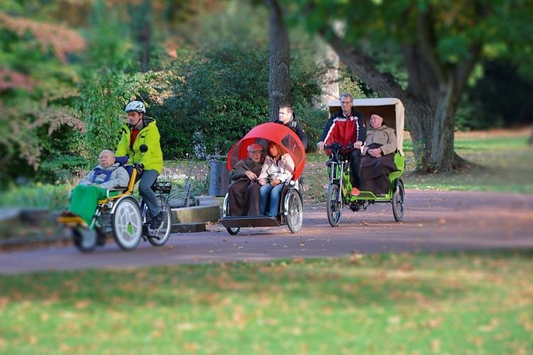 Ein Ausflug mit dem Fahrrad: Mitarbeitende der NEUE ARBEIT Essen fahren Seniorinnen und Senioren in Rikschas spazieren. (Foto: NEUE ARBEIT Essen)