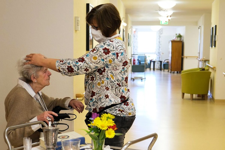 Andachten in den Wohnbereichen: Statt großen Gottesdiensten in der Kantine organisiert das Altenzentrum kleinere Feiern. (Foto: Diakonie Ruhr/ Vincke)