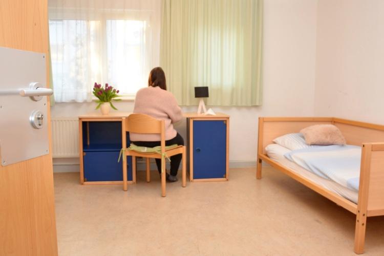 """Möbliertes Einzelzimmer in der """"Pension Plus"""" der Diakonie Dortmund (Foto: Tim Cocu/Diakonie Dortmund)"""
