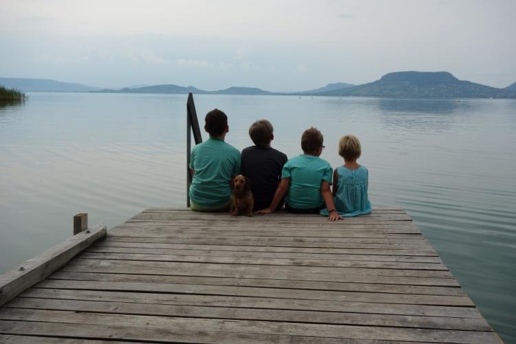 Kinder der Pflegeeltern Thorsten Kuhn und Judith Schreck am See (Foto: Stiftung kreuznacher diakonie)