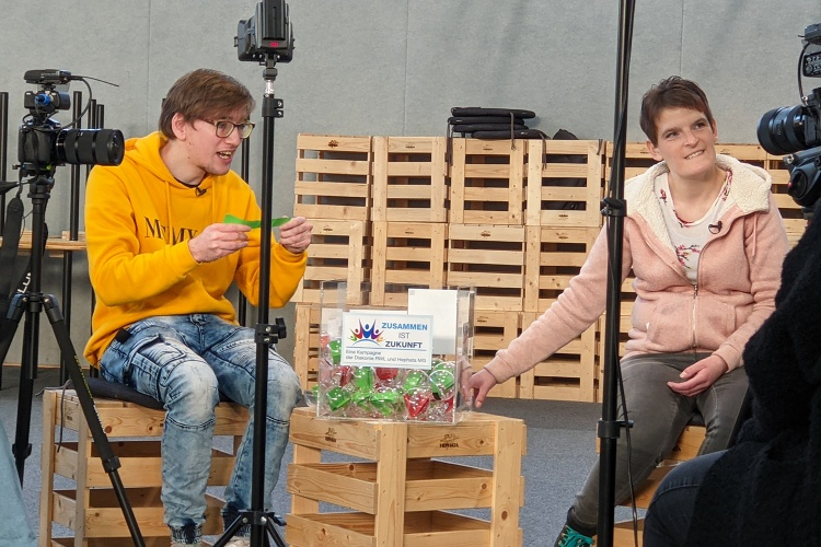 Philipp Fuchs und Zora Kiesow während des Drehs mit Julia Wefelnberg