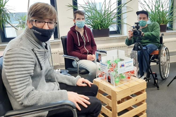 Philipp Fuchs, Zora Kiesow und Simon Roehlen sitzen im Büro von Landesbehindertenbeauftragter Claudia Middendorf.
