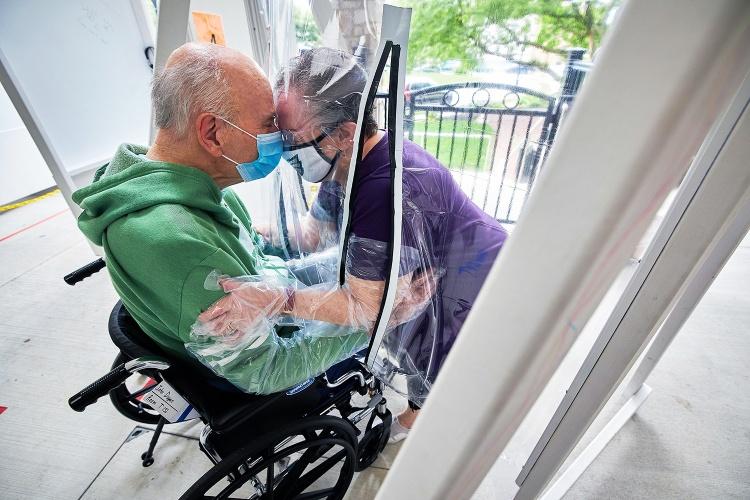 Eine Frau besucht ihren Ehemann im Phoebe Ministries' in Allentown, Pennsylvania. (Foto: CHHSM)