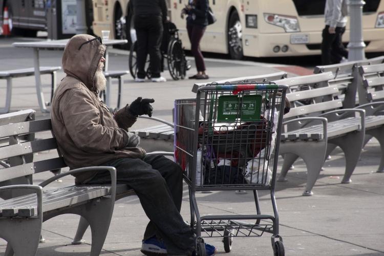 Ein obdachloser Mann sitzt im Winter auf einer Parkbank. Foto: Pixabay