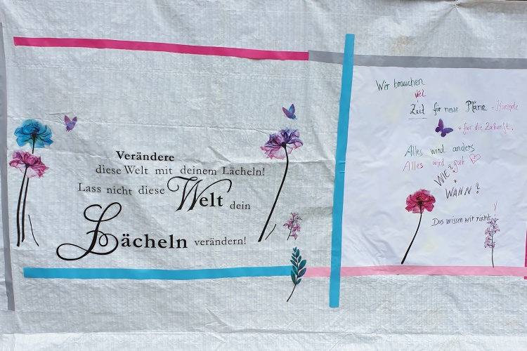 Alles wird anders, alles wird gut: In der Nordeifel hängen Mut machende Plakate. (Foto: Siemens-Weibring)