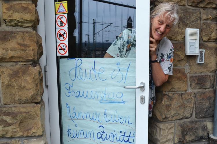 """""""Männer haben keinen Zutritt"""": Für den Frauentag befestigt Elke Schreiber das Poster."""
