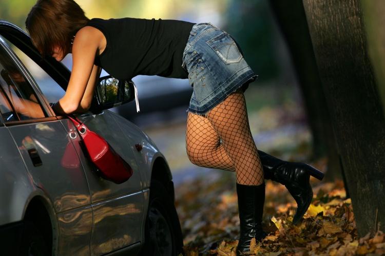 Themenfoto Straßenprostitution - Frau steht am Auto (Foto: Shutterstock)