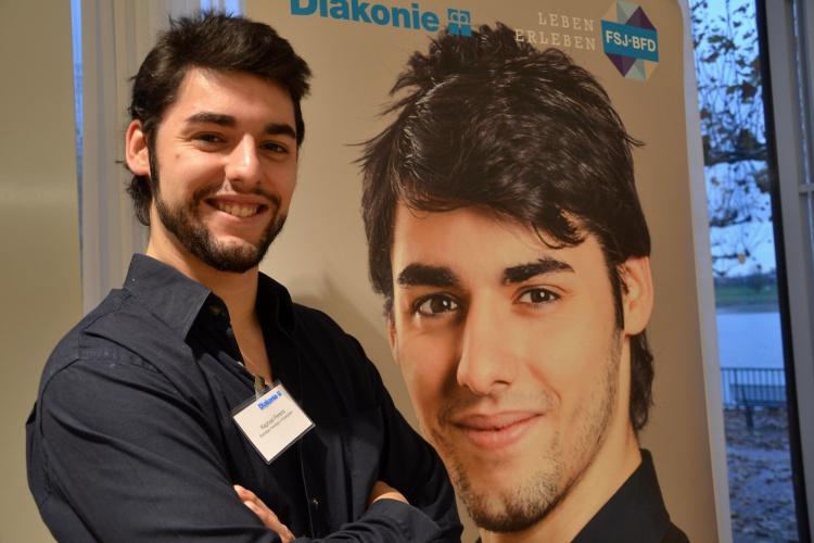 Für den Freiwilligendienst werben: Raphael Pereira hat bei einer Fotoaktion für das FSJ und den BFD mitgemacht.
