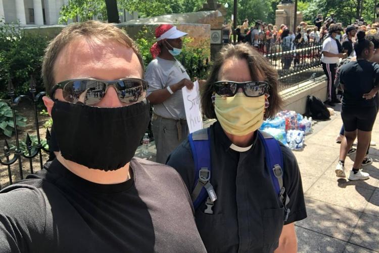 UCC-Pastorin Sigrid Rother mit Kollege Michael Melfi auf einer Demo gegen Rassismus