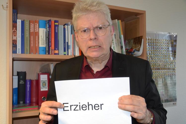 """Einfach """"Erzieher"""" zu schreiben und damit Erzieherinnen """"mizumeinen"""", geht nicht, findet Kommunikationsexperte Reinhard van Spankeren."""