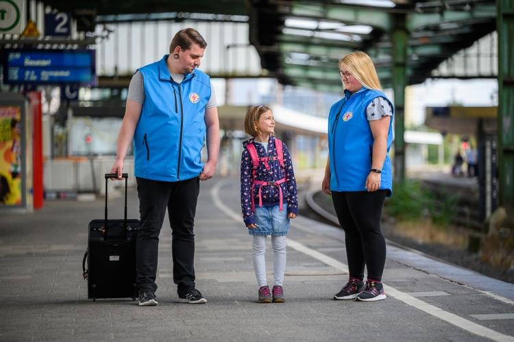 """""""kids on tour"""": Ehrenamtliche der Bahnhofsmission Duisburg begleiten ein Mädchen."""