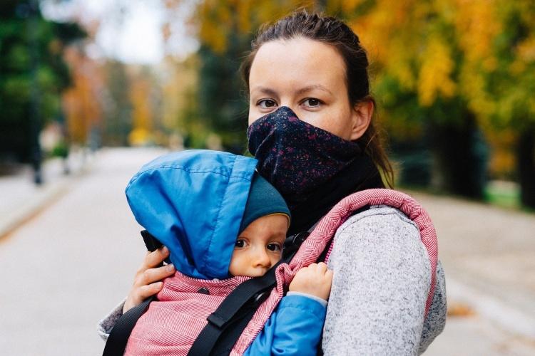 Mutter mit Maske und Baby im Tragetuch (Foto: pixabay)