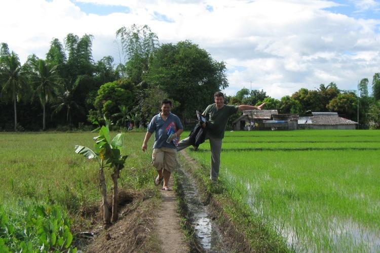 Auf dem Weg zum Dorf: Nothilfe-Koordinator Tommy Bouchiba auf einem Reisfeld in den Philippinen. (Foto: Diakonie Katastrophenhilfe)