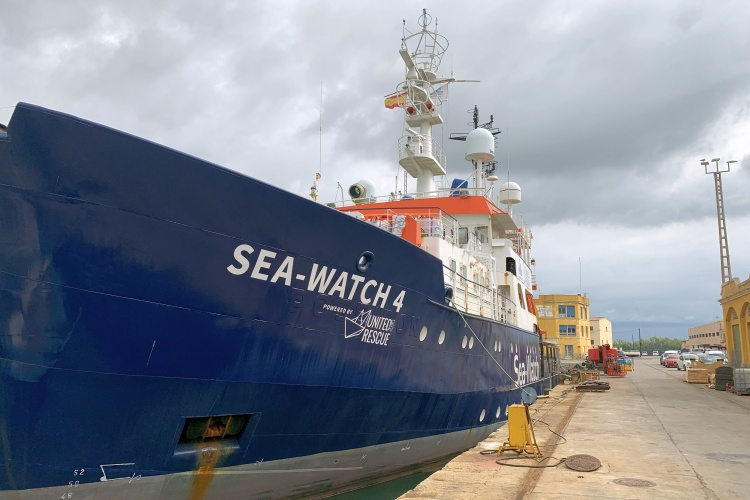 """Die """"Sea-Watch 4"""" liegt noch im Kieler Hafen. (Foto: United4Rescue)"""