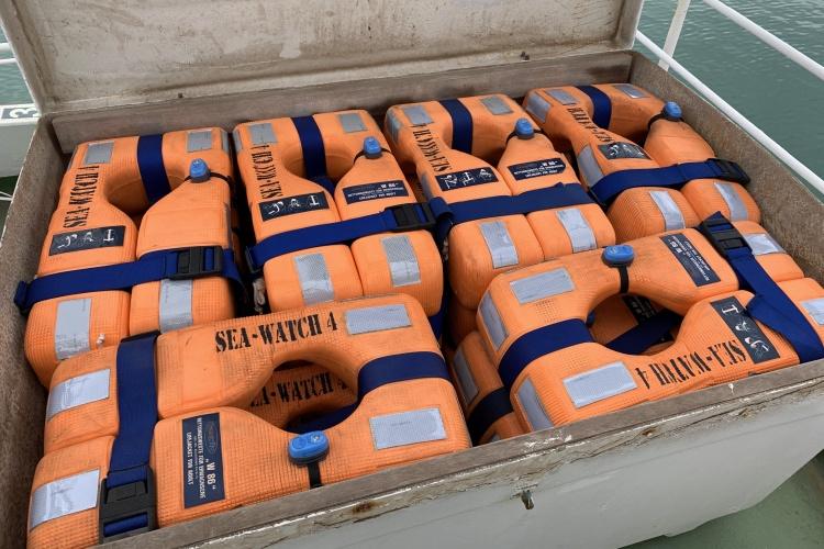 """Schwimmwesten-Lager auf der """"Sea-Watch 4"""" (Foto: United4Rescue)"""
