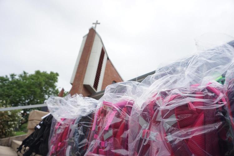 Praktische Hilfe: Pünktlich zum Schulstart stapeln sich die Ranzen vor der evangelischen Gnadenkirche in Rheinbach. (Foto: Diakonie Katastrophenhilfe)