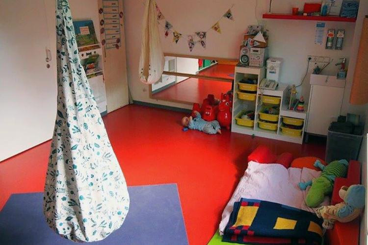 Entspannen und erholen: Kinder, die sich etwas zurückziehen möchten, können sich in der Wohngruppe auf die Spielmatratze kuscheln. (Foto: Diakonie Michaelshoven)