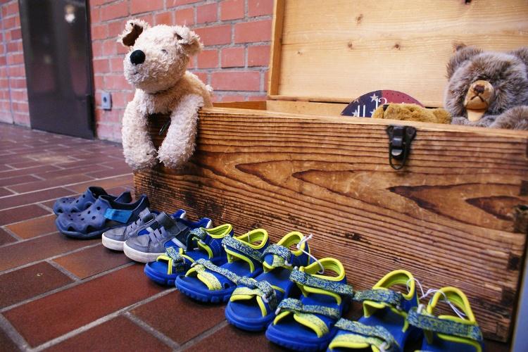 Egal ob Kuscheltiere oder Kinderschuhe: Im Ernst-Lange-Haus können Eltern Kleider- oder Spielzeugspenden mit nach Hause nehmen.