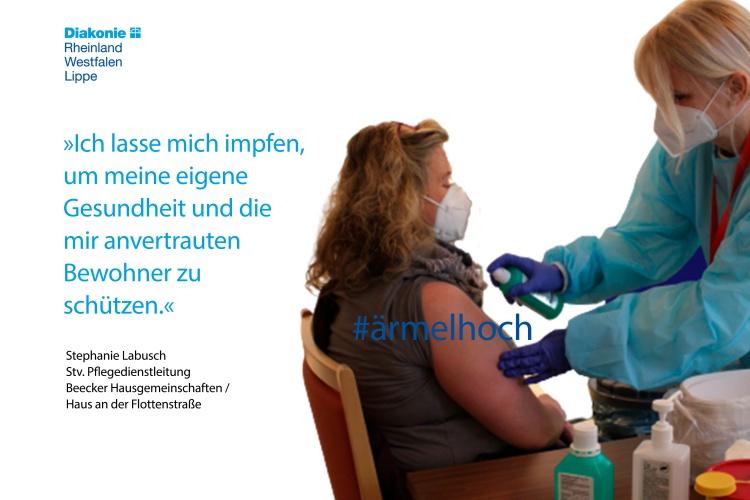 Stefanie Laubsch, Stellvertretende Pflegedienstleitung der Beeker Hausgemeinschaften, lässt sich impfen (Foto Diakonie RWL)