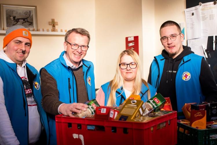 Spenden sind gerade jetzt wichtig: Leiter der Duisburger Bahnhofsmission, Bodo Gräßer (zweiter v. links) mit seinem Team vor einer Kiste mit gespendetem Kaffee. (Foto: Evangelischer Kirchenkreis Duisburg).