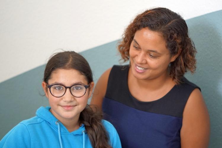 Diakonie-Sozialarbeiterin Sheba Shumpert mit einem Kind in der Notunterkunft für Familien in Köln