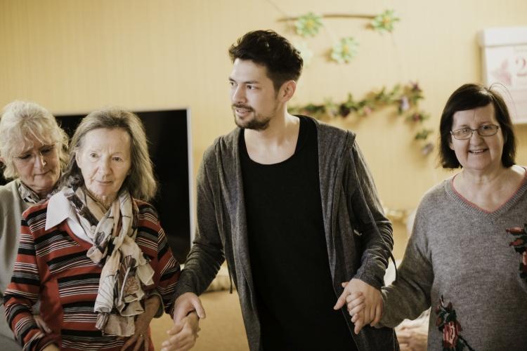 Gruppentanz mit Tanzlehrer Dennis Baharuddin im Seniorenheim der Diakonie Michaelshoven (Foto: Diakonie Michaelshoven)