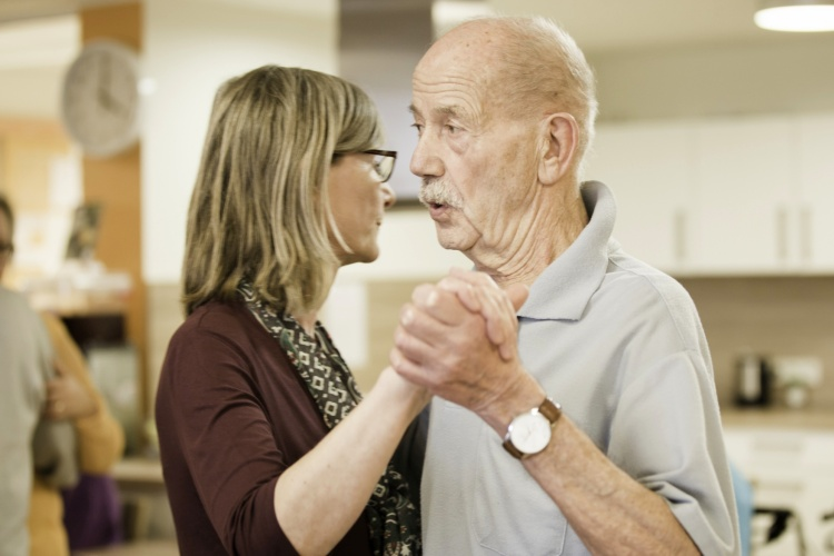 Tanzstunde im Seniorenheim der Diakonie Michaelshoven (Foto: Diakonie Michaelshoven)