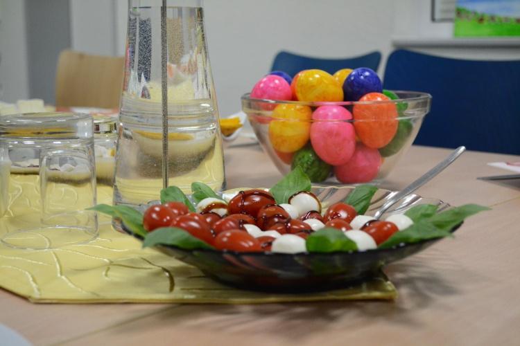 Der Tisch ist liebevoll und farbenfroh gedeckt.