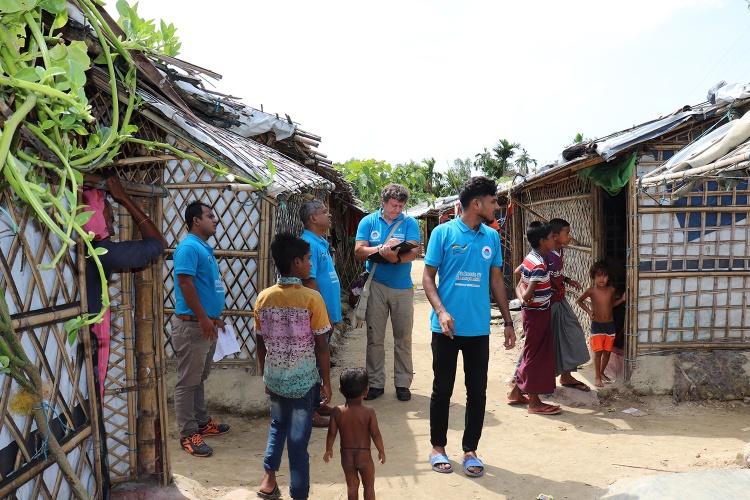 Im Gespräch mit den Menschen: Nach Katastrophen macht sich der Nothilfe-Koordinator Tommy Bouchiba vor Ort selbst ein Bild. (Foto: Diakonie Katastrophenhilfe)