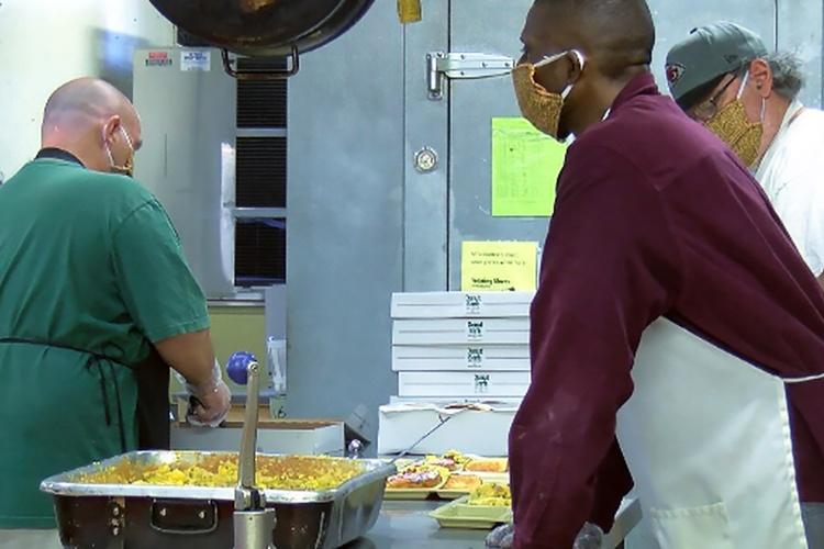 Gäste des United Caring Services in Evansville, Indiana, helfen in der Küche aus. (Foto: CHHSM)