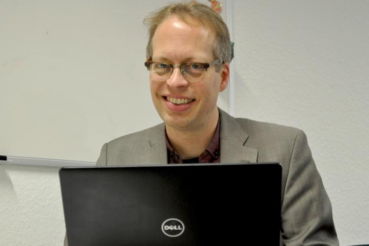 Diakonie RWL-Fundraiser Uli Christenn an seinem Laptop