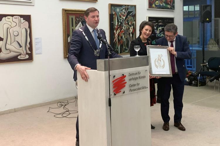 Der Solinger Oberbürgermeister Tim Kurzbach verleiht das Bundesverdienstkreuz an Ioanna Zacharaki. (Foto: Eleftheriadi-Zacharaki)