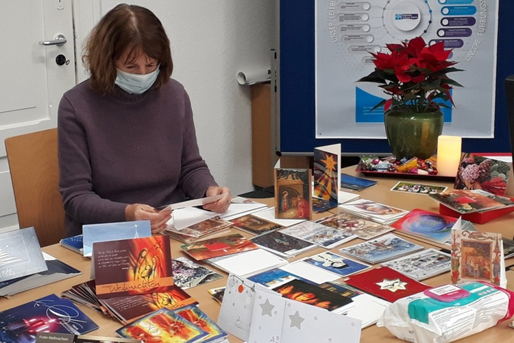 Ehrenamtlerin Karin Kielau sortiert Briefe für Altenheime (Foto: Judith Wittkop/Diakonie Stiftung Salem)