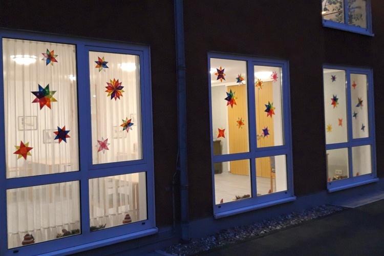 Bunte Sterne an den Fenstern der Altenheime der Diakonie Michaelshoven (Foto; Carlos Stemmerich)