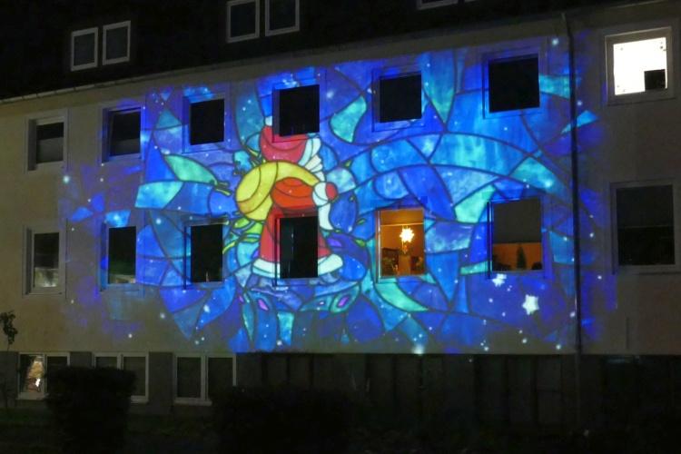 Lichtinstallation auf Fassade eines Altenheims der Diakonie Stiftung Salem (Foto: Judith Wittkop/Diakonie Stiftung Salem)