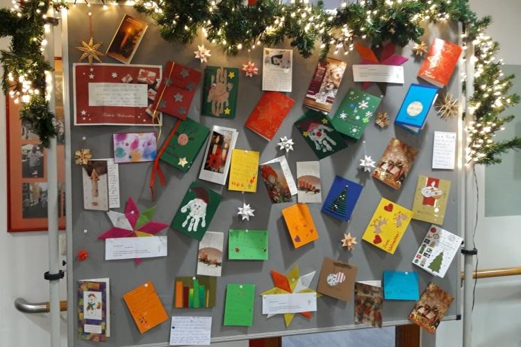 Weihnachtspostkarten an der Pinnwand im Büro des Ehrenamtskoordinators der Diakonie Michaelshoven (Foto: Carlos Stemmerich)