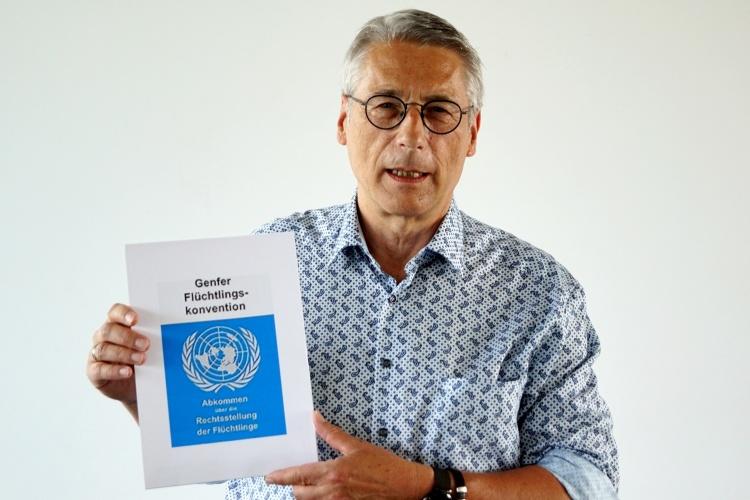 Diakonie RWL-Flüchtlingsexperte Jens Rautenberg mit der Genfer Flüchtlingskonvention (Foto: Diakonie RWL)