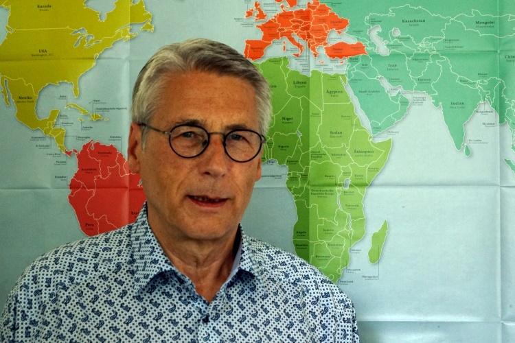 Diakonie RWL-Flüchtlingsexperte Jens Rautenberg vor einer Weltkarte (Foto: Diakonie RWL)