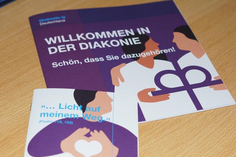 Handlich und kompakt: Die Willkommensbroschüre und das Begleitheft geben einen ersten Eindruck vom diakonischen Arbeiten.