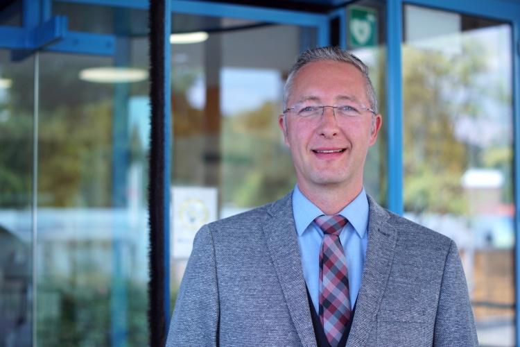 Andreas Zeeh, neuer Leiter des Zentrums Teilhabe, Inklusion und Pflege der Diakonie RWL vor dem Haupteingang (Foto: S. Damaschke)