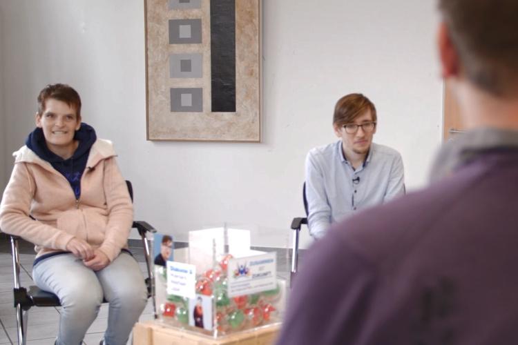 Fragenhagel: Zora Kiesow und Philipp Fuchs vom inklusiven Social Media Team interviewen Hephata-Werkstattrat Paul Moll.